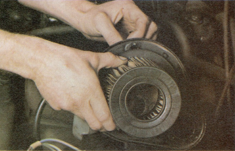 How to change Paper Type Air filters on a Classic Car Image 2