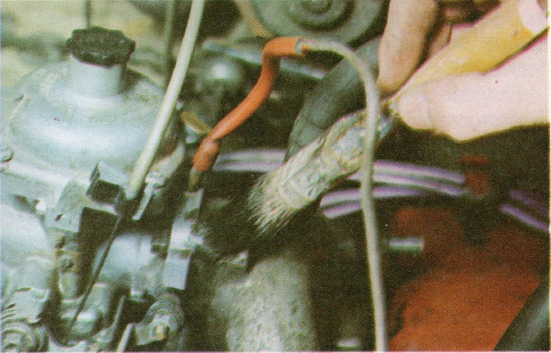 TEST FOR INDUCTION LEAK ON A CARBURETTOR