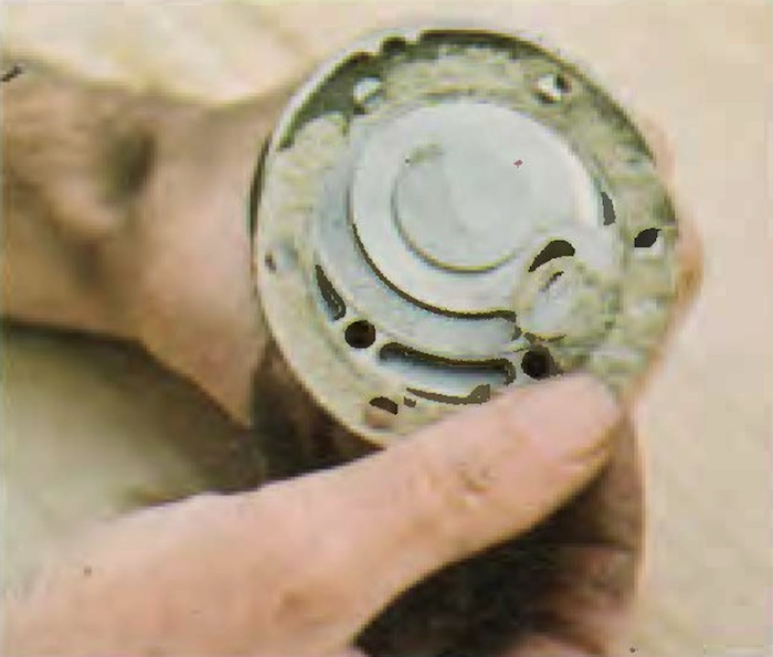 When reassembling, check that all sealing rings and gaskets are in immaculate order. Replace with new any faulty ones